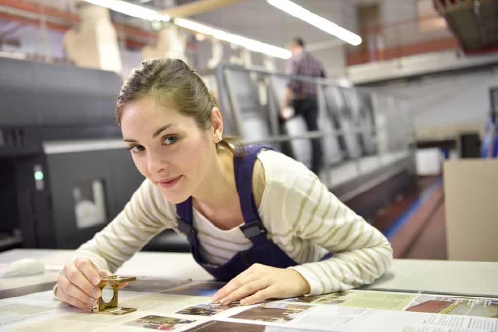 sprawdzanie jakości wydruków w drukarni